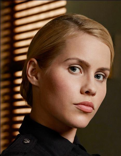 Depuis le 28 mai 2015, elle partage l'affiche de la série télévisée « Aquarius » avec David Duchovny et Gethin Anthony. Quel rôle joue Claire dans cette série policière ?
