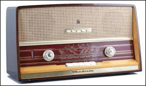Cette marque était très connue pour les produits hi-fi et électroménagers, elle disparaît définitivement en 2002, il s'agit de...