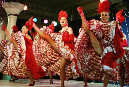 """Le """"french cancan"""" est associé à Paris et au cabaret le Moulin Rouge."""