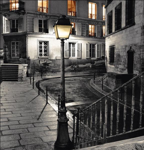 En quelle année la ville de Paris a-t-elle bénéficié du premier éclairage public, consistant à des lanternes fixées aux deux extrémités, et au milieu des rues, et munies de chandelles ?