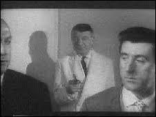 (B. Blier) : Bougez pas ! ... Les mains sur la table ! Je vous préviens qu'on a la puissance de feu d'un ------------------ et des flingues de concours. (R. Dalban) : Si ces messieurs veulent bien me les confier...(B. Blier) : Quoi ?(R. Dalban) : Allons vite messieurs ! Quelqu'un pourrait venir, on pourrait se méprendre et on jaserait... Nous venons déjà de frôler l'incident.