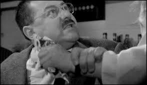 (J. Lefebvre) : Pourquoi pas ! Au contraire, les tâches ménagères ne sont pas sans noblesse ; surtout parce qu'elles constituent le pas vers des négociations fructueuses, hein ? ... Merci. (L. Ventura) : Maître Folace, vous devriez planquer les motifs de fâcher ! (Une jeune fille vient chercher du whisky et attrape quelques billets.) (F. Blanche) : ---------------------------- !