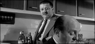 (J. Lefebvre) : L'alcool à cet âge-là... enfin ! (L. Ventura) : Non mais c'est un scandale ! (B. Blier) : Nous par contre, on est des adultes... On pourrait peut-être s'en faire un p'tit, hein ! ? (L. Ventura) : Ça, le fait est ! Maître Folace ? (F. Blanche) : Seulement le tout-venant a été piraté par les mômes. Qu'est-ce qu'on fait, --------------------------- ? Ça va rajeunir personne !