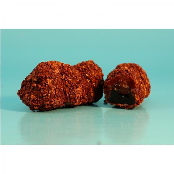 Spécialités de la ville de Compiègne, ce sont des noisettes enrobées de nougatine et de chocolat :