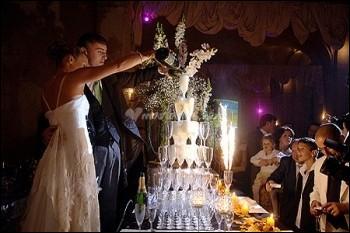 Quand nous aurons fini, nous pourrons ouvrir le ___ et boire comme font ces jeunes mariés. Que boivent-ils ?