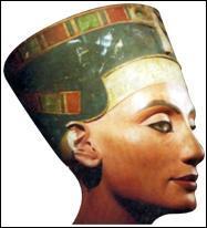 Sa légendaire beauté est parvenue jusqu'à nous. Elle vécut en 1350 avant J.-C. en Égypte. C'est la grande épouse royale d'Akhenaton.