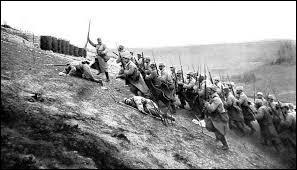 Il s'agit d'une attaque allemande de la France sur le front de l'Est ; c'est le symbole de la guerre totale : guerre de tranchées, guerre industrielle, mobilisation de l'arrière et de très lourdes pertes. De quoi s'agit-il ?