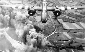 Quelle est cette guerre d'anéantissement ? Elle se déroule sur tous les continents et son bilan humain est très lourd : 50 millions de victimes, génocide des Juifs et Tziganes. Sa fin est marquée par la capitulation de l'Allemagne le 8 mai ... en Europe et par la capitulation du Japon après l'explosion des bombes atomiques sur Hiroshima et Nagasaki en août.