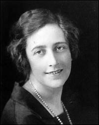 Pendant la 1ère guerre mondiale, tandis que son mari est au front, Agatha s'occupe à quoi ?