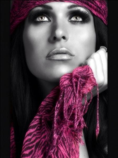 Une écharpe est un vêtement servant à protéger le cou, mais aussi :