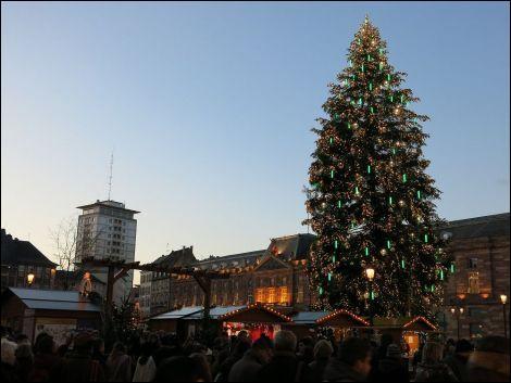 Quelle est la hauteur du sapin de noël installé sur la place Kebler du marché de noël de Strasbourg ? (2015)