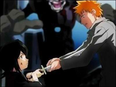 [Arc du Shinigami remplaçant] Qui transperce Ichigo au début de la série ?