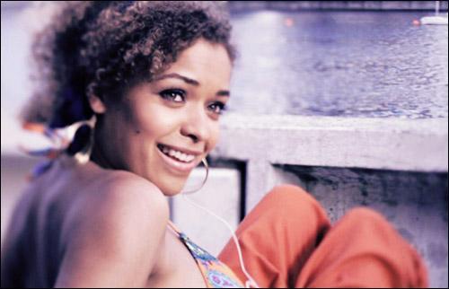Avec qui Alisha sort-elle au début de la série ?