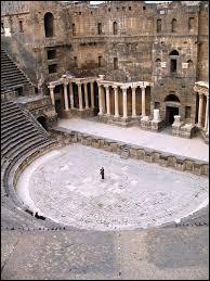 Dans quel pays est située Bosra, ville antique toute en basalte ?