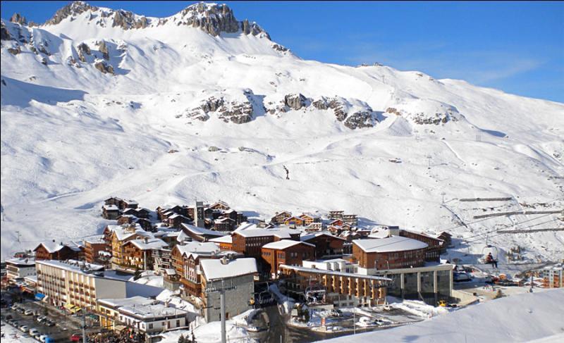 Quelle est cette station située du massif de la Vanoise en Haute-Tarentaise, dans le département de la Savoie, et dont le point culminant est le glacier de la Grande Motte à 3656 m. ?