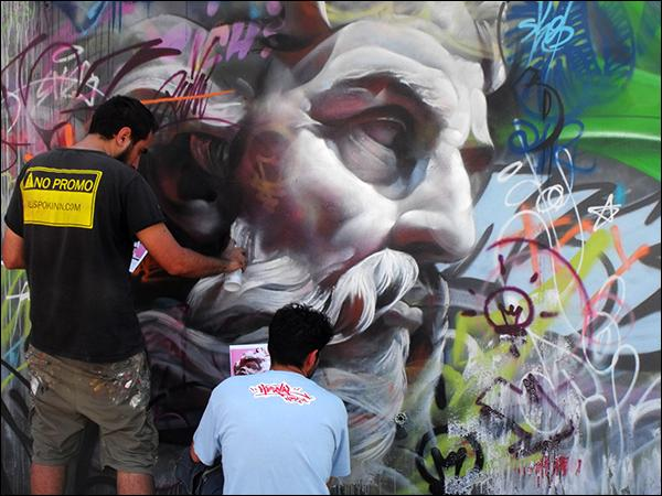 Une référence dans le Street-Art, ils créent de splendides fresques géantes de dieux grecs, vous pouvez les admirer plutôt dans les rues de Valence : qui sont ces deux artistes espagnols ?