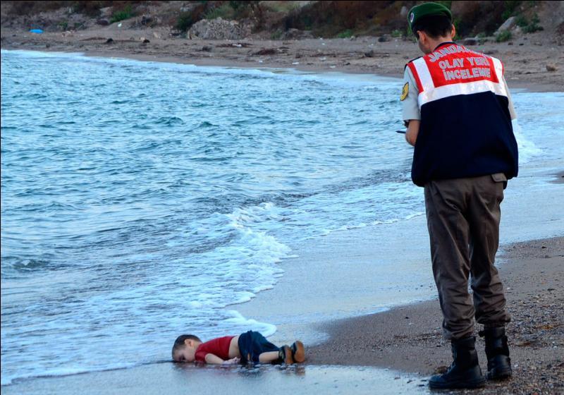Plus que des millions de chiffres de morts dans des guerres anonymes (ou presque) plus que tous les massacres et toutes les famines, un petit enfant seul mort sur une plage et exposé au monde entier nous a tous bouleversés et cela a changé le monde. Il s'appelait