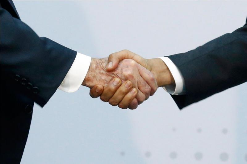 C'est la poignée de main la plus célèbre de l'année. On la croyait impossible et les deux pays irréconciliables. Elle change lesdits pays à jamais et c'est tant mieux . Qui sont ces hommes qui se sont tendus la main et ont mis fin à une guerre froide qui durait depuis 54 ans ?