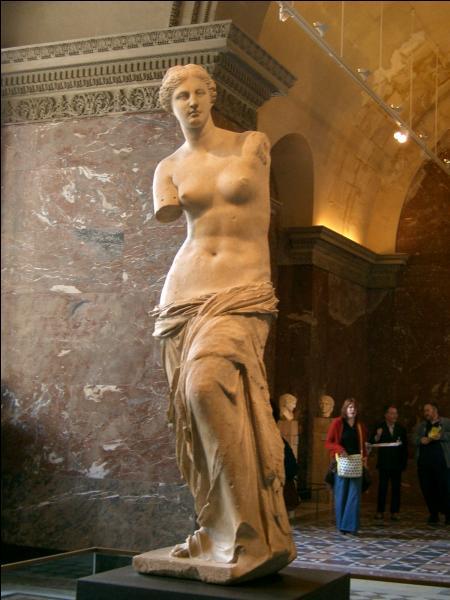 Quel musée abrite cette célèbre statue de marbre de 202 centimètres découverte sur une île de la mer Egée en 1820 ?