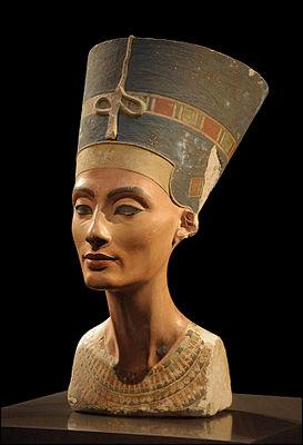 De quel musée le buste de Néfertiti fait-il la fierté ?
