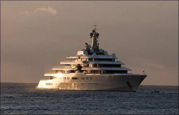 170 m de long et 800 millions de dollars : c'est plus grand qu'un terrain de football, n'est-ce pas Monsieur ___________ ?