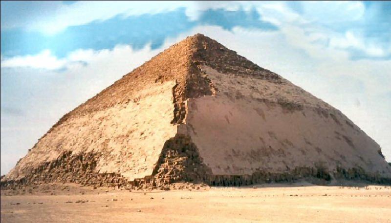Quel est le nom de ce type de pyramide présenté sur la photo ?
