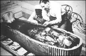 Qui a découvert le tombeau de Toutânkhamon au XXe siècle ?