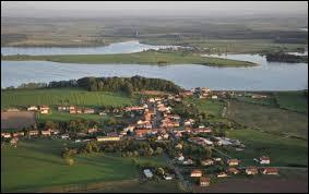 Je vous propose de faire une halte à Lindre-Basse. Village lorrain du Saulnois, au bord de l'Étang de Lindre, il se situe dans le département ...