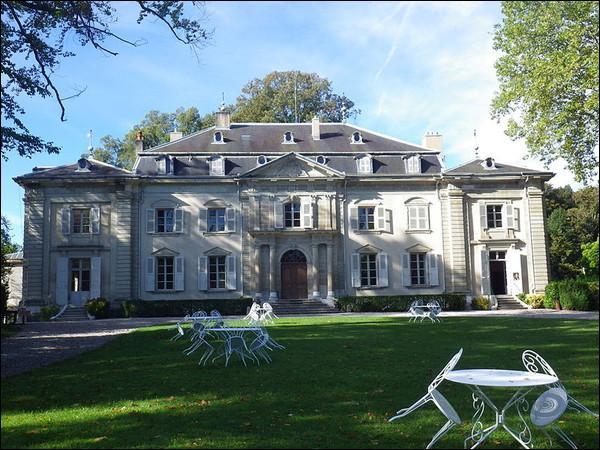 """Le château de Ferney fut durant près de vingt ans la résidence d'un grand philosophe des Lumières à qui l'on doit """"Candide"""" :"""