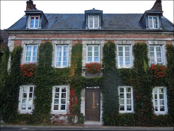 La demeure de la Bouille est sa maison natale, on se souvient de cet écrivain et du célèbre chien Capi :