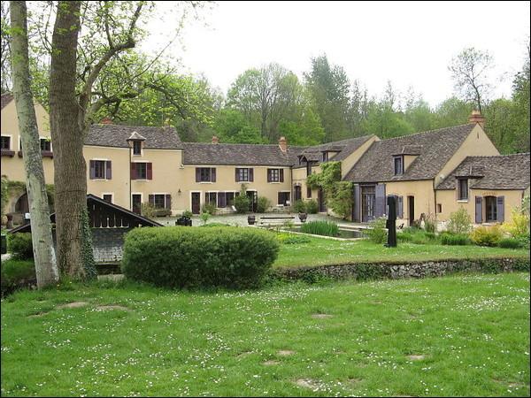 A Saint Arnoult les Yvelines, le moulin de Villeneuve fut sa maison, elle fut l'épouse d'Aragon :
