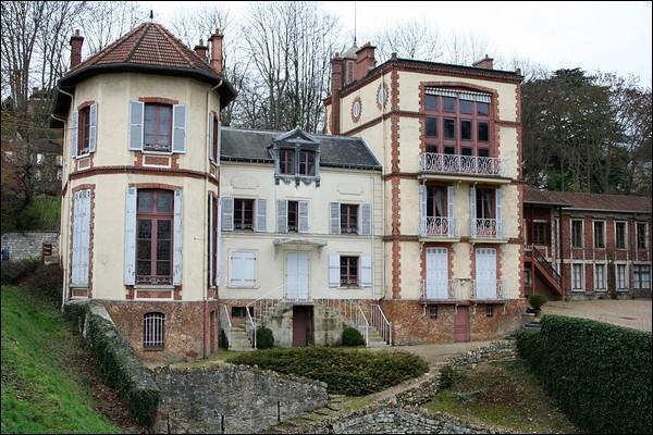 Voici sa demeure de Médan, dans le département des Yvelines, il n'accuse plus personne et on lui doit Nana :