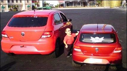 La cause indirecte de l'accident est un petit homme, dans une petite voiture ...