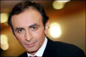 """Ce journaliste fut chroniqueur dans l'émission """"On n'est pas couché"""" sur France 2 de 2006 à 2011, il s'agit de..."""