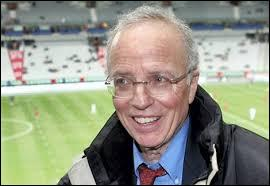 Ce journaliste est célèbre pour avoir commenté de nombreux matchs de football à la télévision, il s'agit de...