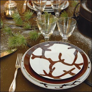 Selon l'usage, quand vous dressez une table, de quel côté de l'assiette devez-vous placer le couteau ?