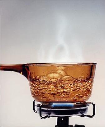 """Conjuguez le verbe entre parenthèses : """"Attends avant de mettre les pâtes, l'eau (bouillir) dans deux minutes""""."""