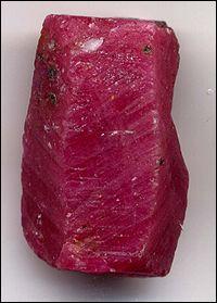 Celle-ci contient, entre autres, de l'oxyde de chrome, ce qui est d'ailleurs la principale cause de sa couleur rouge. Sa dureté est de 9 sur la célèbre échelle de Mohs. Quelle est cette pierre ?