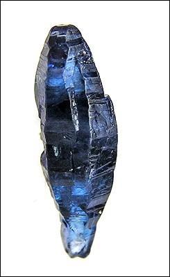 """La pierre ci-contre peut adopter toutes les couleurs, à part le rouge. Son nom vient soit du grec """"σάπφειρος"""" ou """"sappheiros"""" (pierre de couleur bleue), soit de l'hébreu """"סַפִּיר"""" ou """"sappir"""" (la plus belle chose). Il s'agit du/de..."""