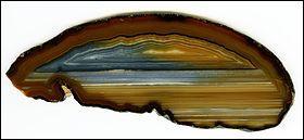 Voici une variété de calcédoine qui nous vient d'une rivière en Sicile. Quelle est-elle ?