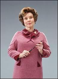 Harry pense que Dolores ressemble à :