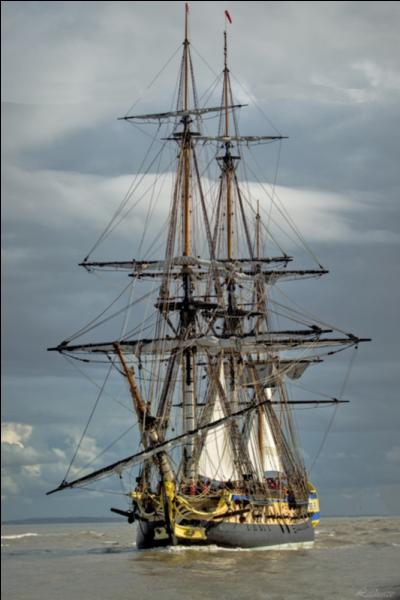 Voici un célèbre bateau à voiles. Je vous demande son nom et son immatriculation, s'il vous plaît !
