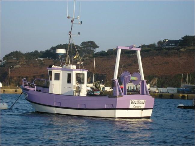 """Que ce bateau s'appelle """"Kocéliand"""" et qu'il soit immatriculé """"CM"""" , cela ne vous dira pas grand-chose... Mais si je vous dis que cette ville est citée dans une chanson paillarde où il est question d'un curé, voyez-vous mieux ?"""