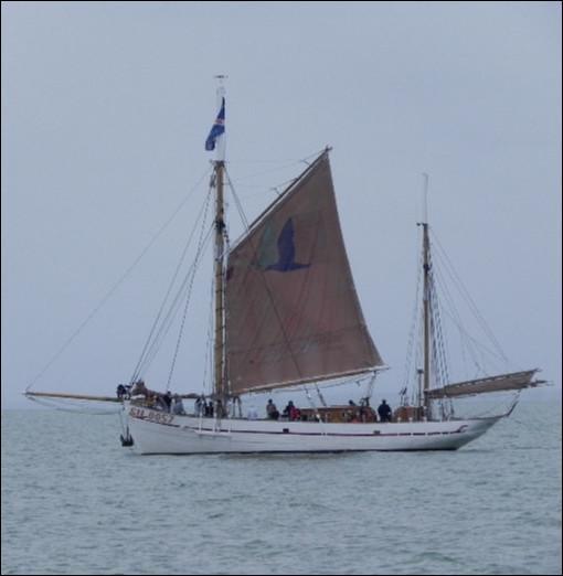 """Construit selon les plans d'un ancien harenguier, voici le """"Notre-Dame des Flots"""" (SN 0057), un ketch aurique de 1942. D'où vient-il ?"""