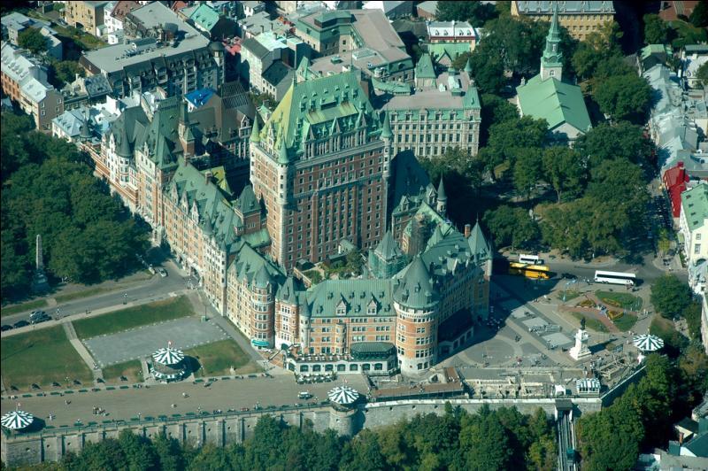 Voici une vue aérienne du château. Mais dans quel but fut-il construit à la fin du XIXe et par qui ?