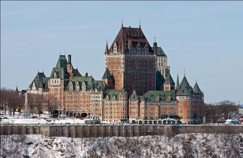 Revenons au château qui a connu des ajouts successifs : l'aile Citadelle est ajoutée en 1899, l'aile Mont-Carmel est construite de 1908 à 1909. L'hôtel est à nouveau agrandi en 1919. L'aile Saint-Louis et la tour centrale sont ajoutées au début des années 1920 . Mais que s'est-il passé en 2012 ? (regardez la photo)
