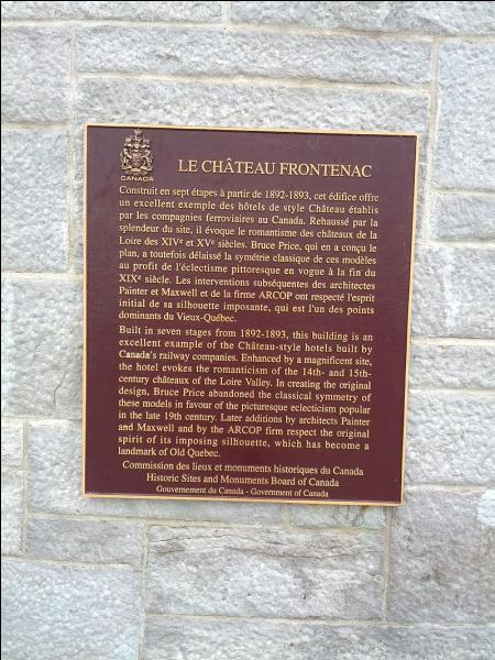 Qu'est-ce qu'évoque le château selon la plaque commémorative du château ?