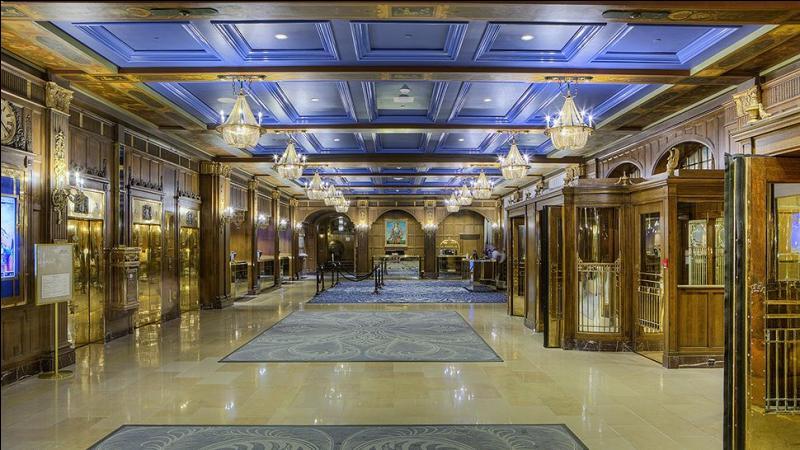 Pénétrons enfin dans cette splendeur par ce magnifique hall d'entrée, le plus beau de toutes les Amériques ! (cocorico ! ) Voici ma seule question chiffres, pour les amoureux des nombres. Combien de chambres possède l'hôtel en date de 2016 ?
