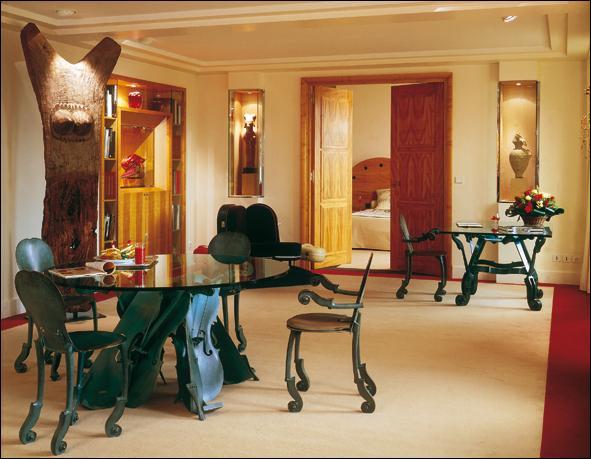 Le Lutetia ferme ses portes début 2014 pour des rénovations qui coûteront 100 millions d'euros. Le mobilier, des œuvres d'art, des peignoirs brodés aux armoiries de l'hôtel, des verres Baccarat ou encore des tasses dessinées par Sonia Rykiel en 1985 sont mis à l'encan. Quel était le clou de l'enchère ?
