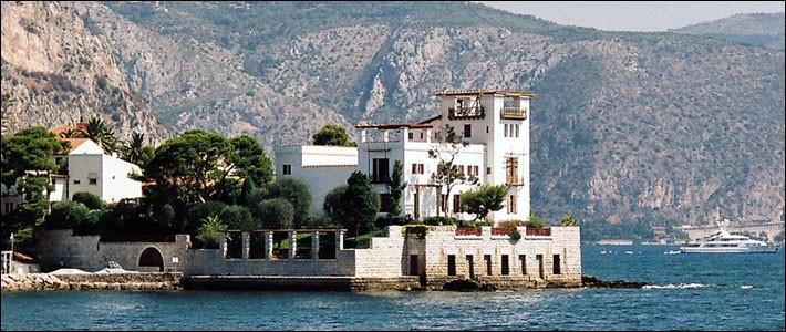 Ville de la Côte d'Azur entre Monaco et Nice, on y admire la Villa Kérylos : construite par l'architecte Emmanuel Pontremoli, c'est :